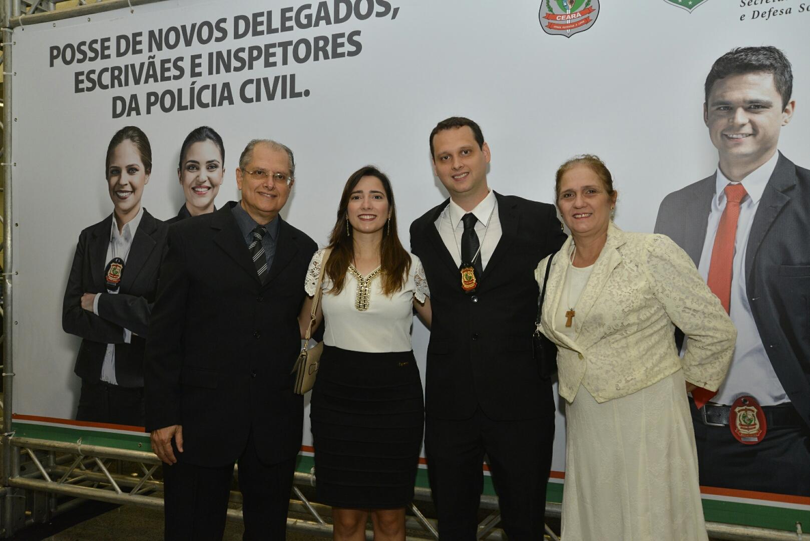 escrivães e inspetores posam para foto com familiares em cerimônia de posse