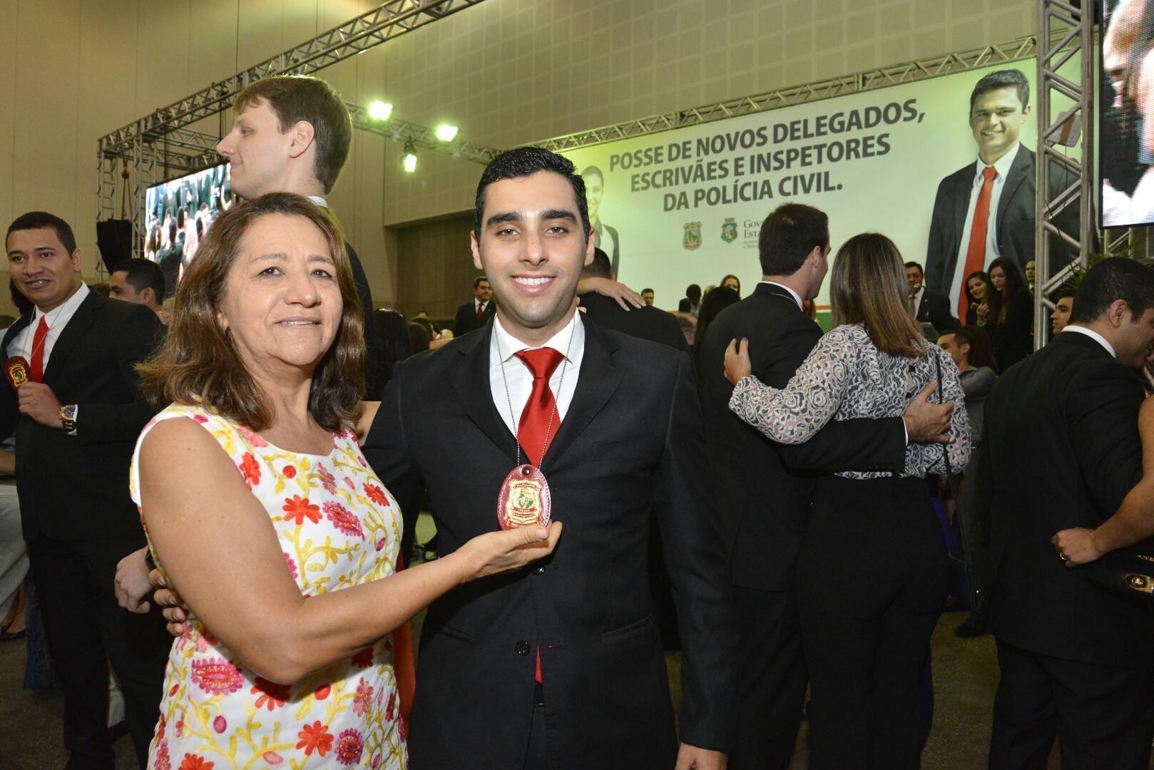 Delegado posa para foto com familiar