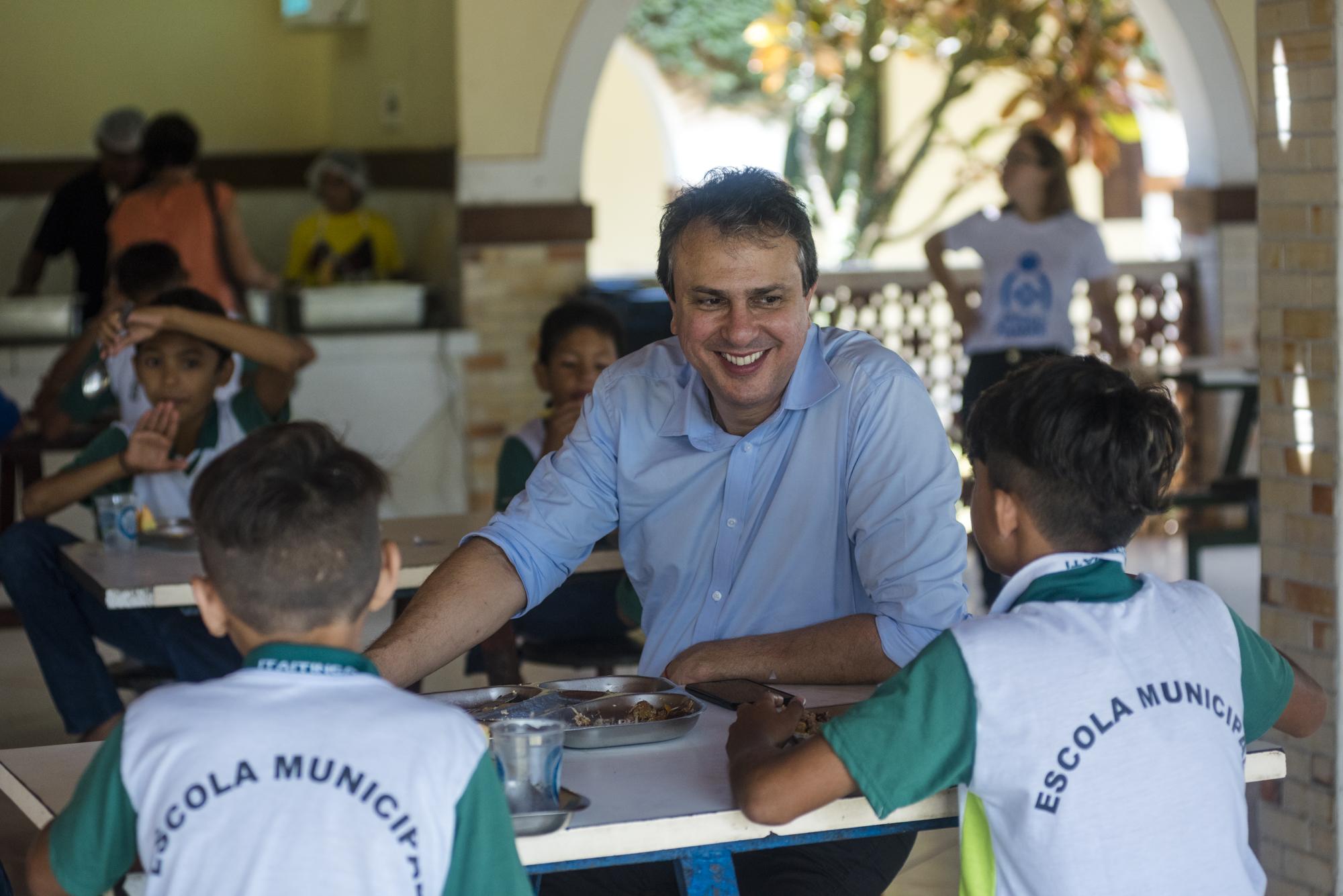 Durante a visita, o chefe do Executivo recebeu homenagem das crianças acolhidas e assinou Projeto de Lei que autoriza o repasse de R$ 1 milhão para a manutenção do espaço