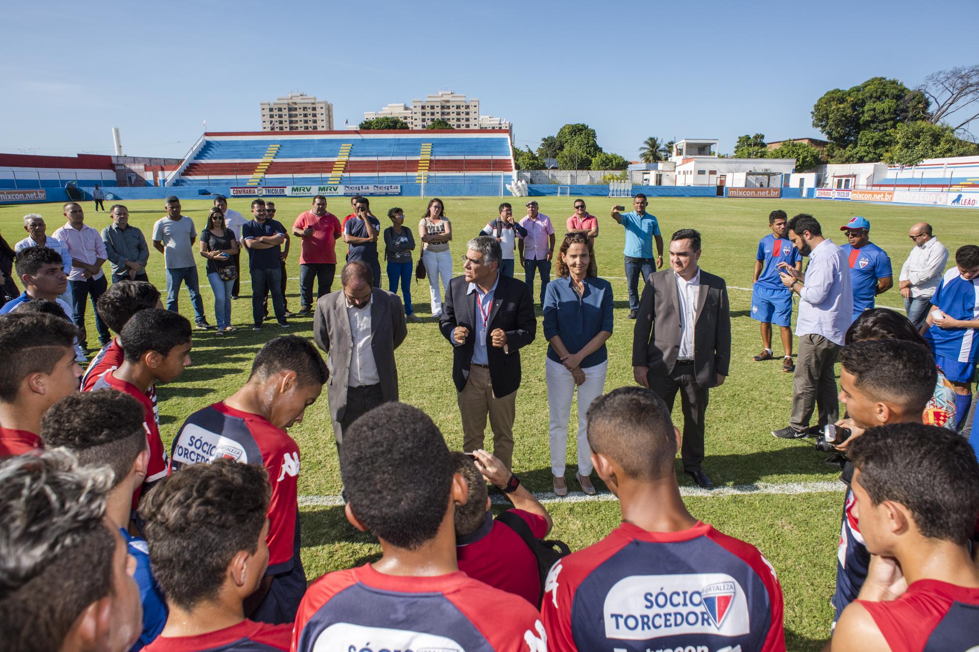A solenidade foi realizada no Estádio Alcides Santos e contou com a presença da vice-governadora Izolda Cela, do superintendente do Sistema Estadual de Atendimento Socioeducativo, Cássio Franco, e do presidente do Fortaleza, Luiz Eduardo Girão.