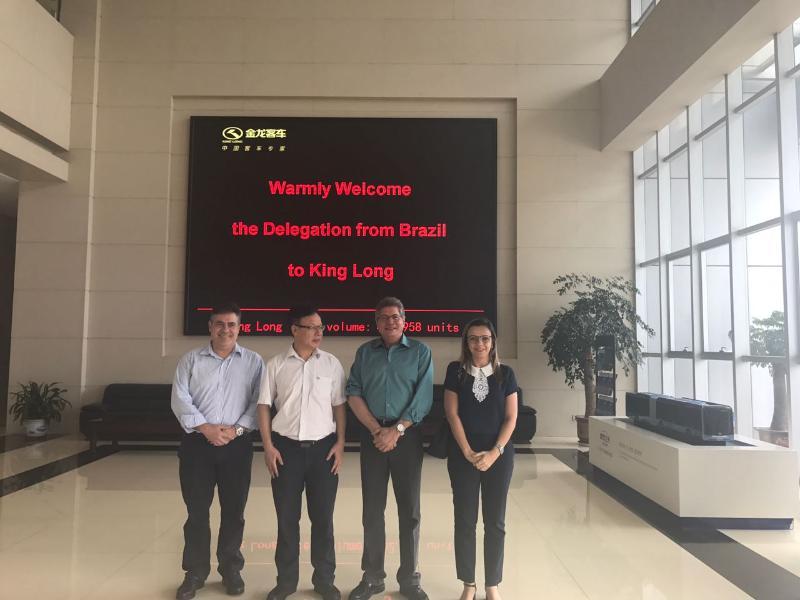 """Fundada em 1988, a Xiamen King Long United Automotive Industry Co., Ltd. (""""King Long"""") está dedicada à fabricação e vendas de camionetas, autocarros e monovolumes."""