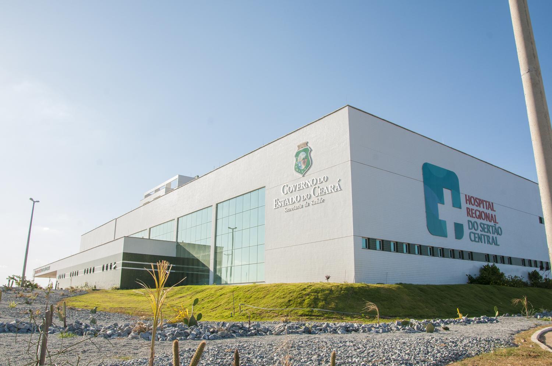 Foto da fachada do Hospital Regional do Sertão Central
