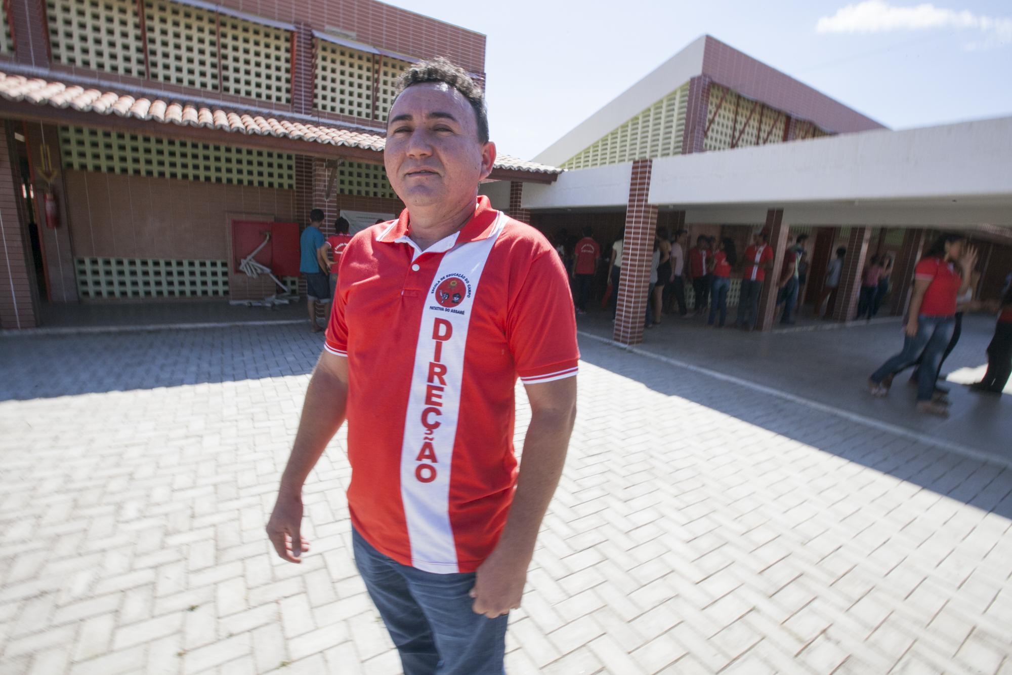 A unidade, localizada no assentamento Santana de Cal, tem capacidade para atender até 540 alunos, e foi construída, mobiliada e equipada com recursos estaduais e federais, somando investimento de R$ 4,1 milhões. Outras quatro escolas similares estão sendo construídas na região