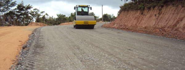 As obras de pavimentação da rodovia CE-253, entre os municípios de Redenção e Pacoti, no Maciço de Baturité, já atingem 60% de execução.