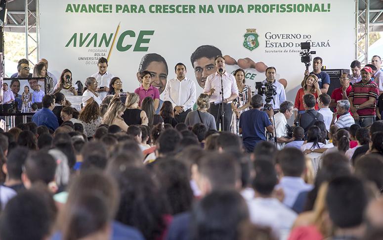 Mais de 700 ex-alunos da rede pública do Ceará são beneficiados com bolsa universitário