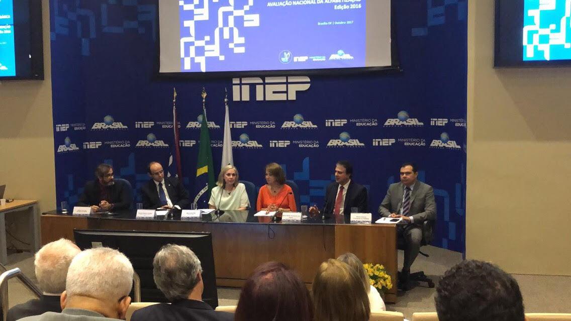 O governador Camilo Santana e o secretário da Educação Idilvan Alencar participaram da divulgação dos dados, nesta quarta-feira (25), em Brasília, pelo Ministério da Educação
