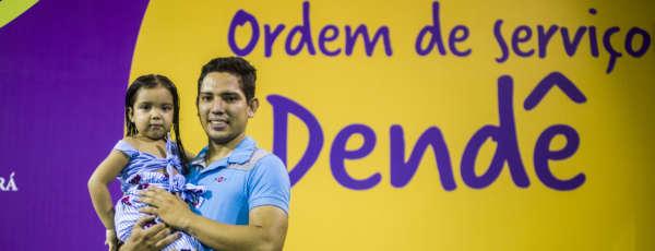 Imagem com Kelvin de Lima, garçom e morador do bairro Dendê, em Fortaleza, acompanhado da filha Júlia. Foto: Davi Pinheiro