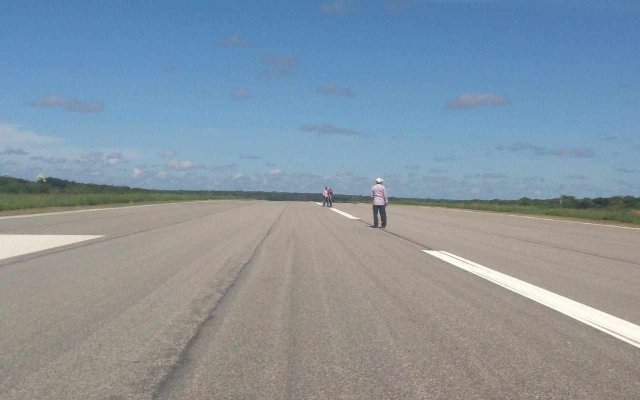 Imagem da pista de pouso do aeroporto de Aracati, no litoral leste do Ceará.