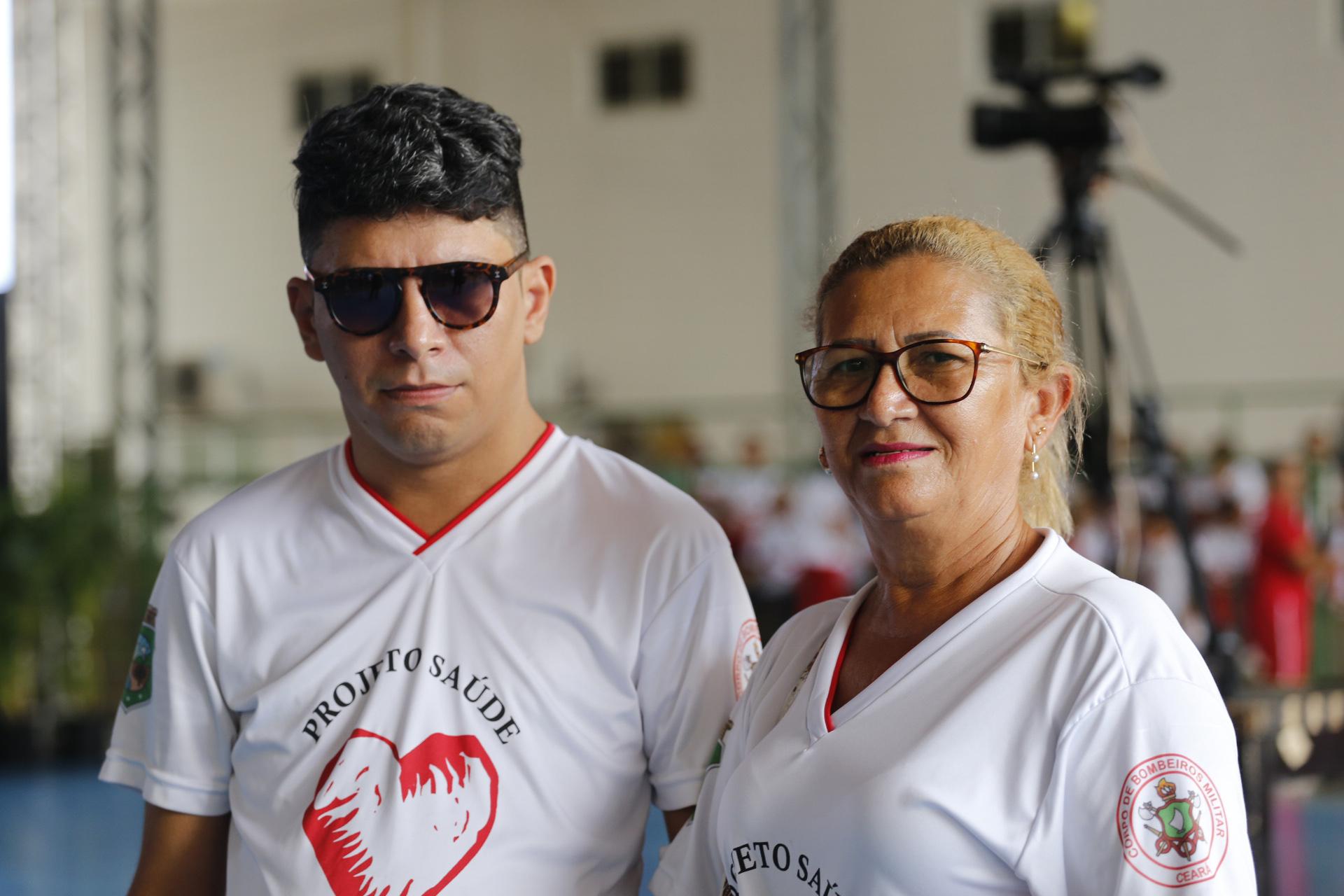 A dona de casa Maria Helena, 62, ao lado de seu filho Juscelino Silva, de 35 anos. ©Foto: TIAGO STILLE/ GOV. DO CEARA