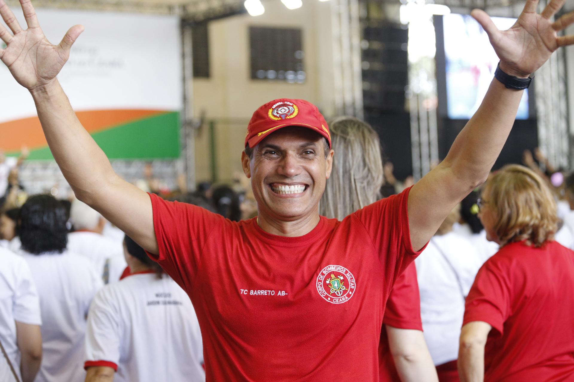 Tenente Coronel Barreto posa para foto com largo sorriso e braços erguidos© TIAGO STILLE/ GOV. DO CEARA
