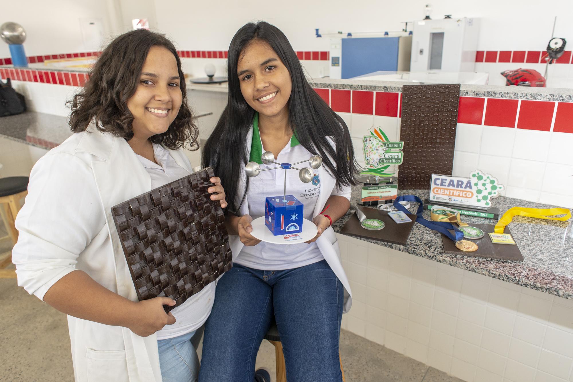 Premiadas e de malas prontas para os EUA, alunas de Bela Cruz produzem piso sustentável a partir da quenga do coco