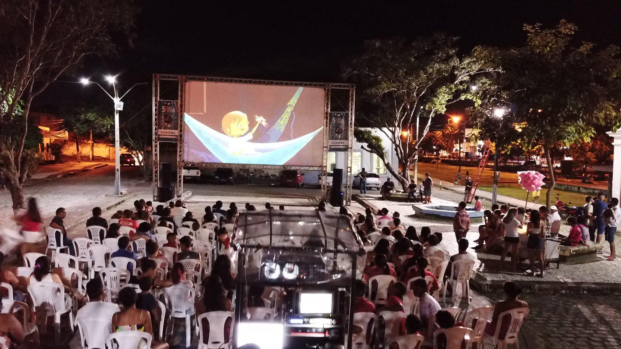 Cinema itinerante: sessões ao ar livre encantam moradores de 30 cidades cearenses