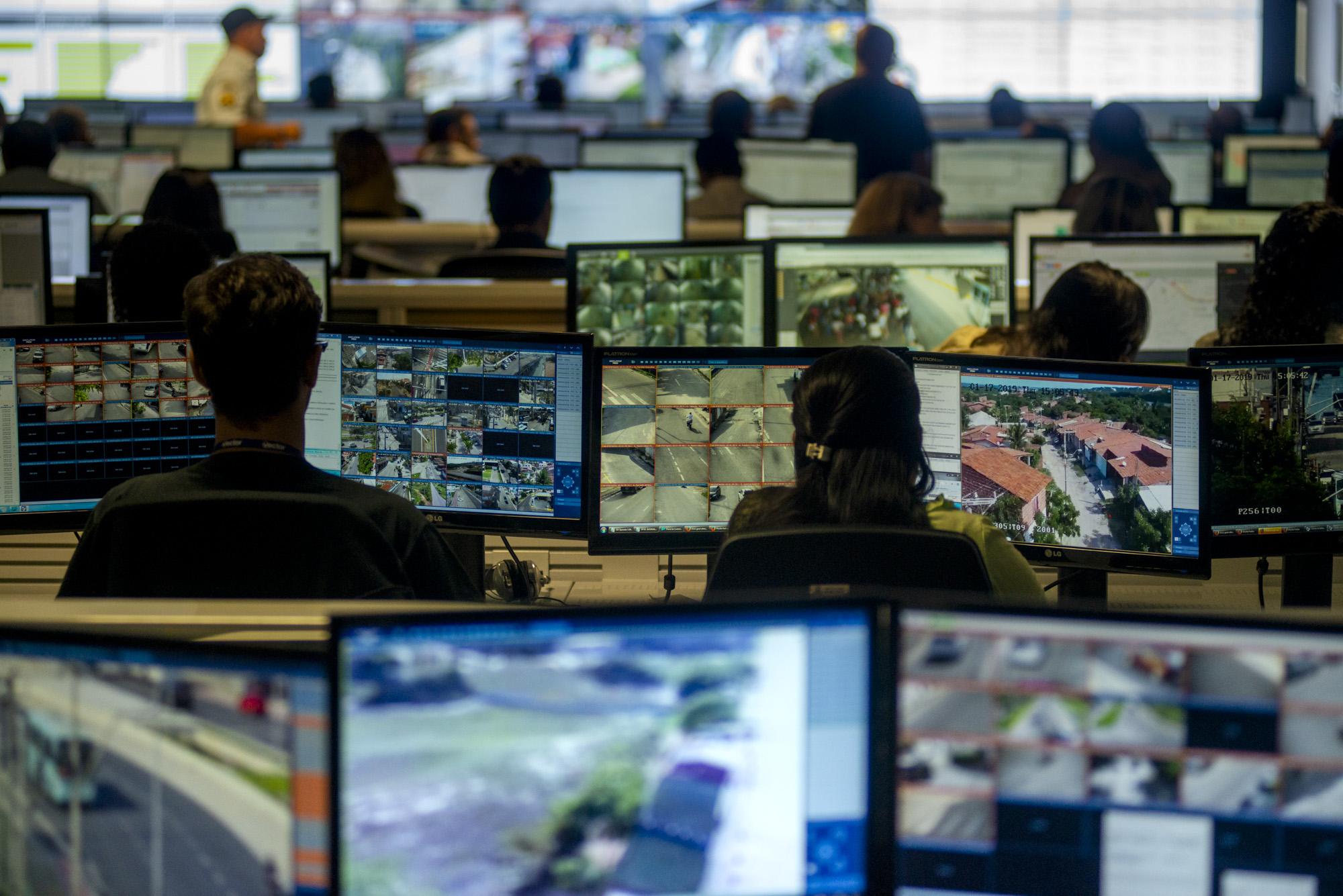 Fotografia de Davi Pinheiro dos painéis de monitoramento da CIOPS