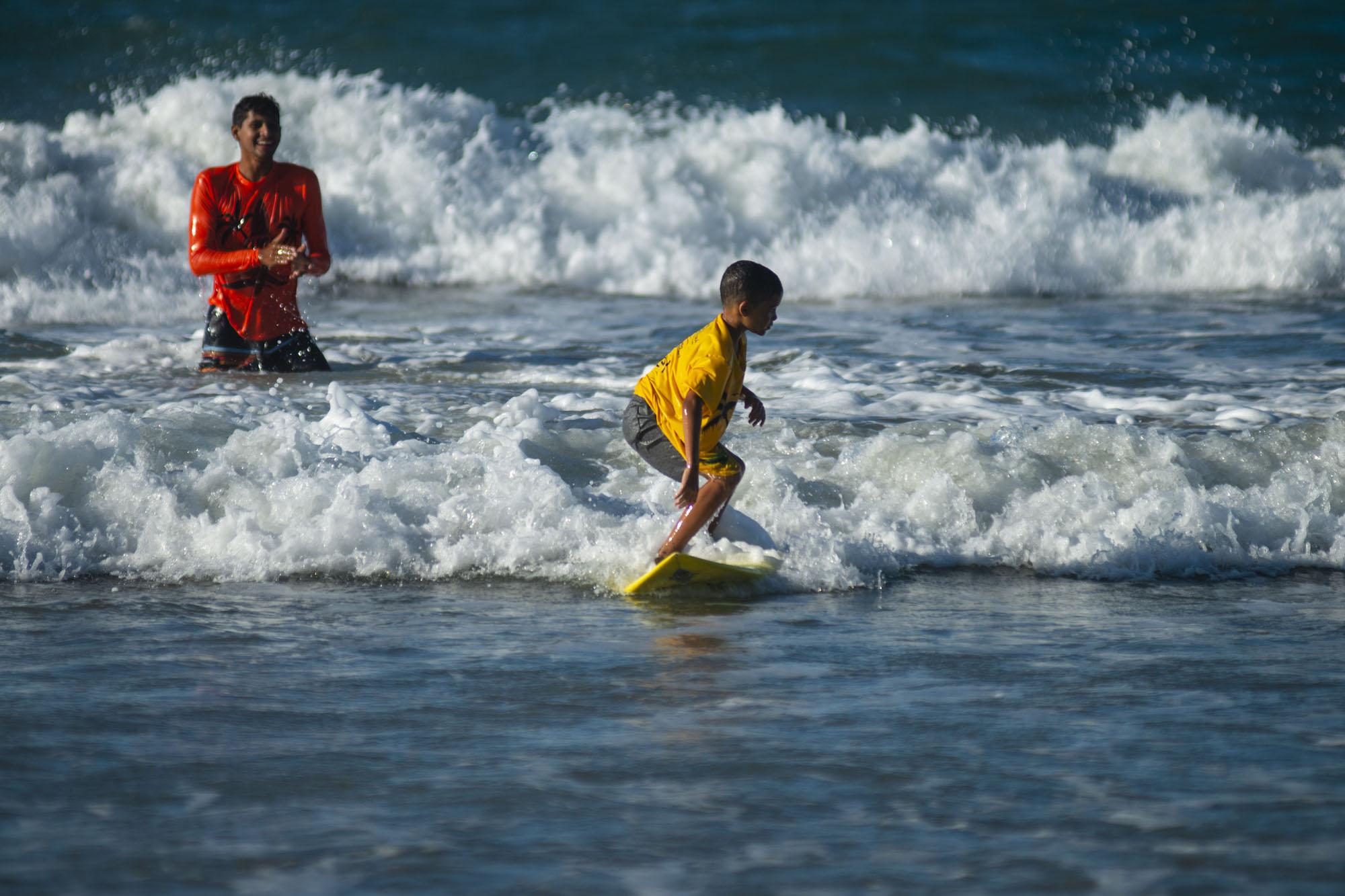 Com a Lei de Incentivo ao Esporte, escolinhas de surfe ajudam a transformar a vida de jovens da periferia em Fortaleza