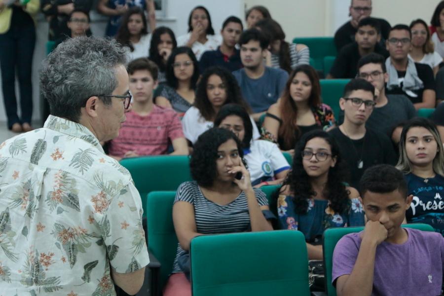 Fabiano Piúba conversa com estudantes
