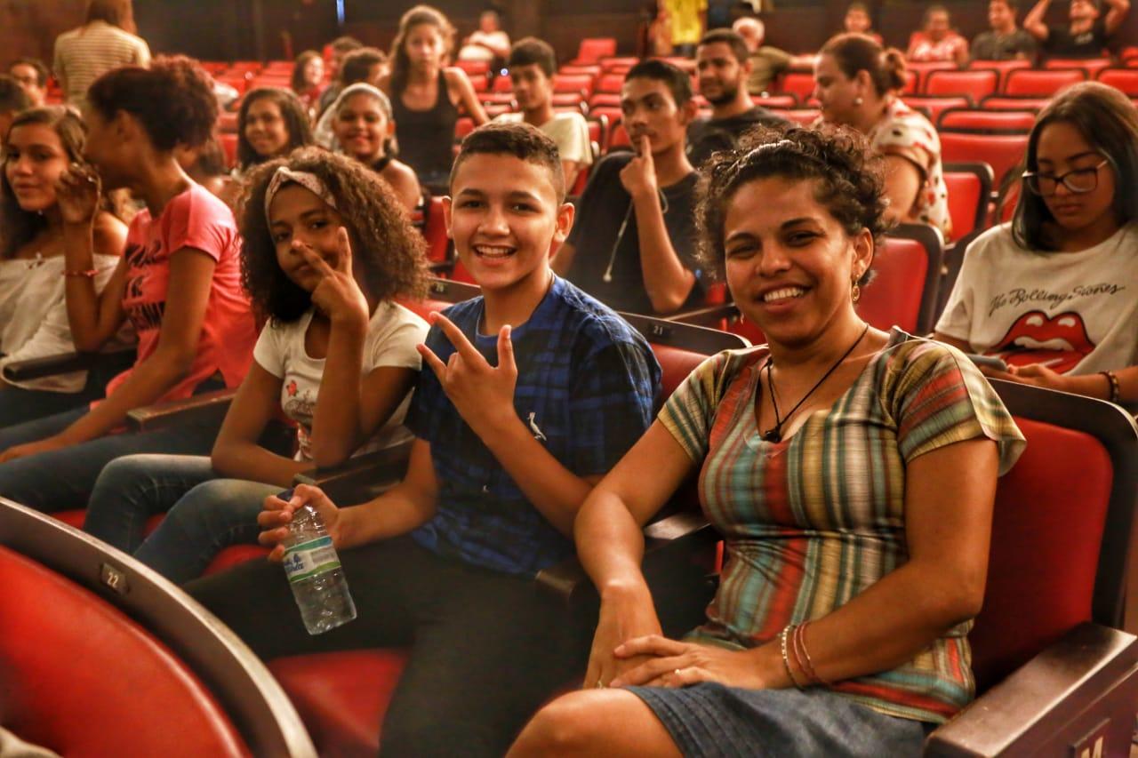 Jovens do Vicente Pinzón e Genibaú conhecem Cineteatro São Luiz