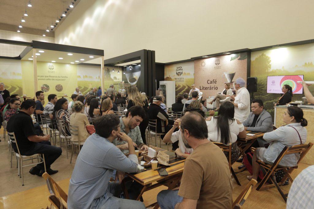 Café Literário reúne leitores para debates sobre gastronomia e literatura