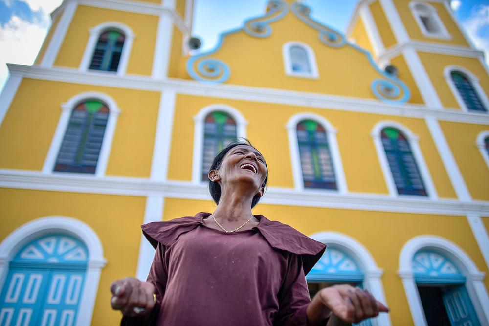 Foto de Davi Pinheiro traz a romeira franciscana Maria da Penha com a igreja de Canindé ao fundo