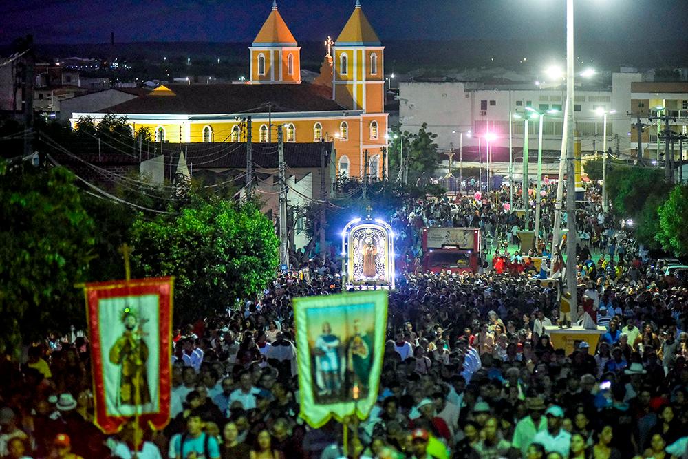 Foto noturna de Davi Pinheiro mostra a vista superior da igreja de Canindé e do corredor cultural cheio de romeiros