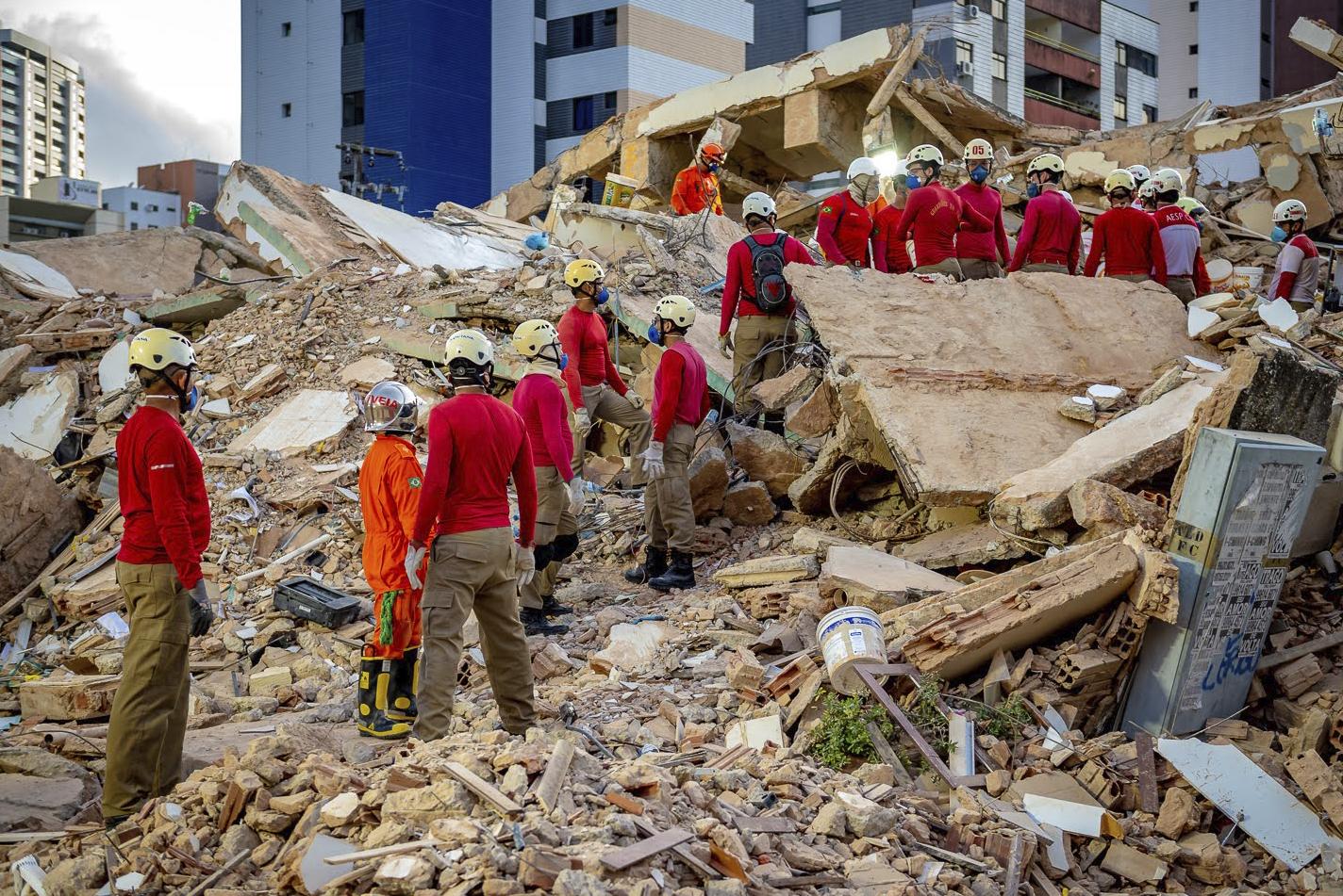 Buscas por vítimas em local de desabamento chegam ao quarto dia seguido em Fortaleza