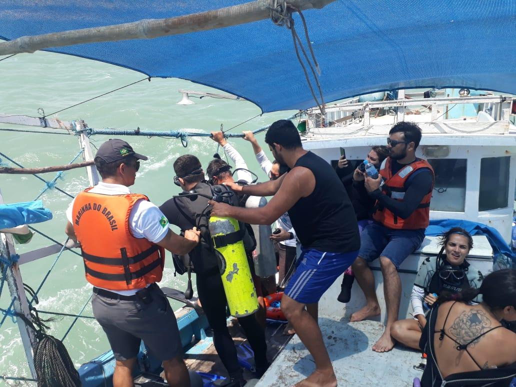 Equipes de mergulhadores e helicópteros monitoram litoral