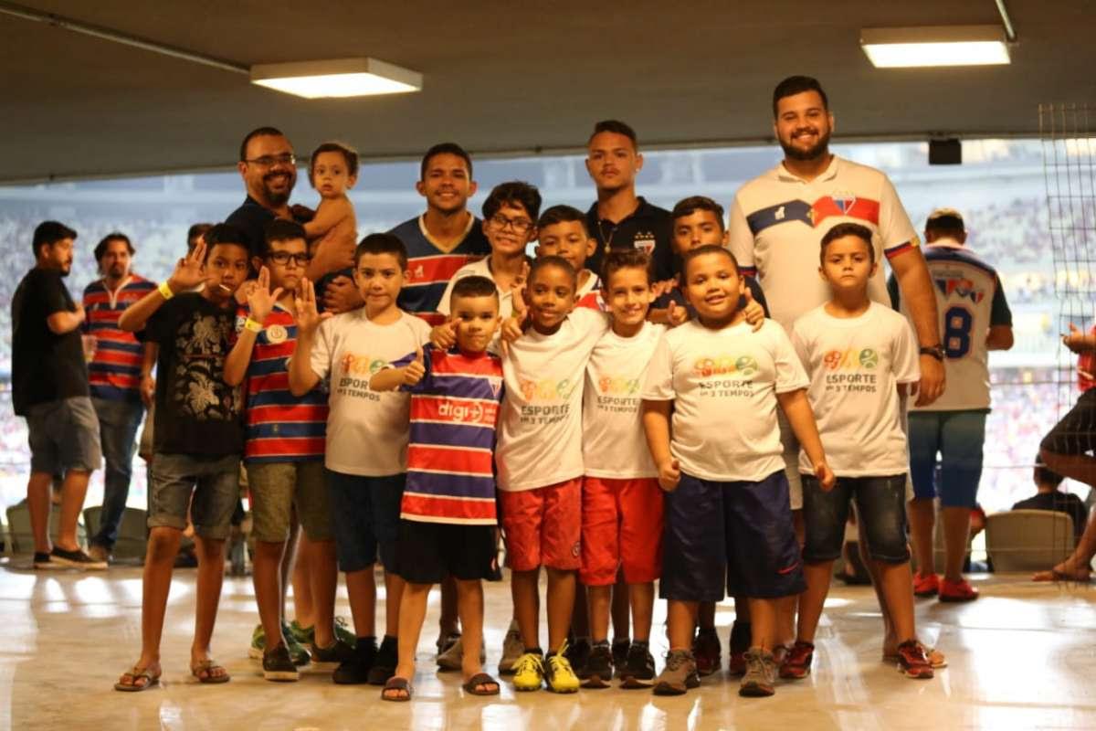Sejuv e time Fortaleza levam crianças para jogo oficial na Arena Castelão