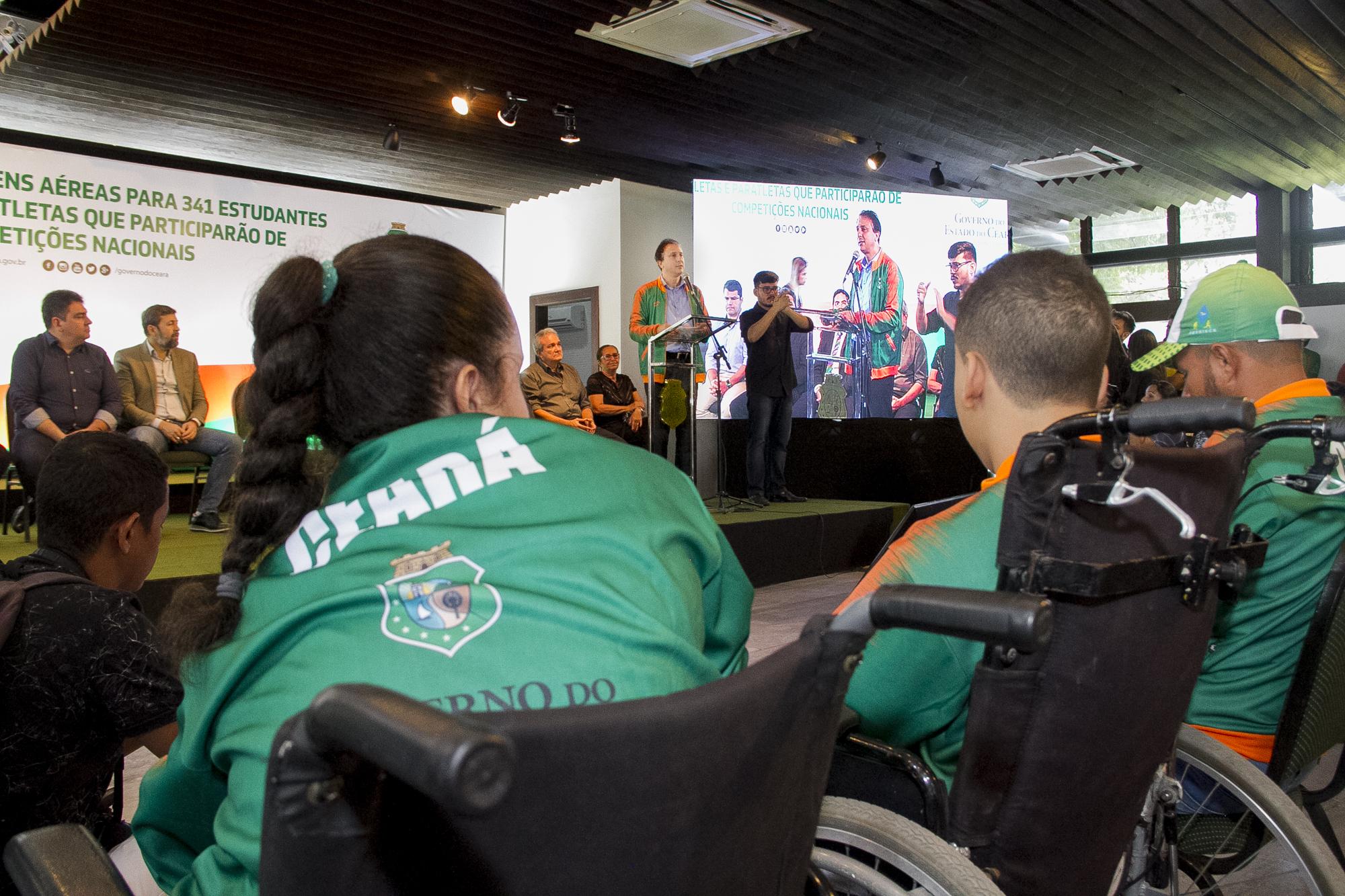 Atletas e paratletas recebem passagens aéreas para Jogos Escolares em Blumenau e São Paulo