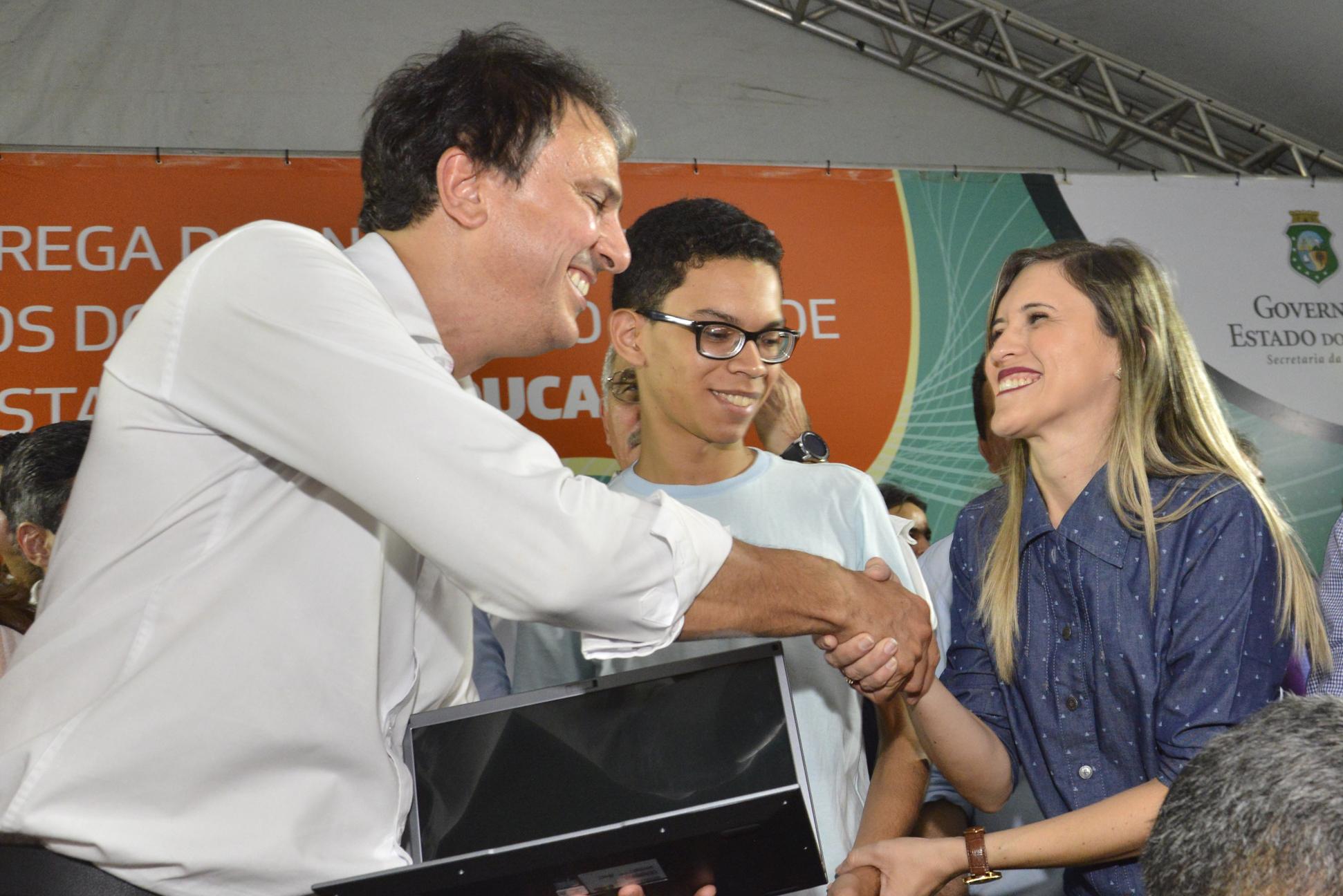 Crateús recebe estudantes premiados com notebooks e ganha nova base do SAMU