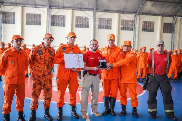 Corpo de Bombeiros recebe condecoração mais importante da Segurança Pública