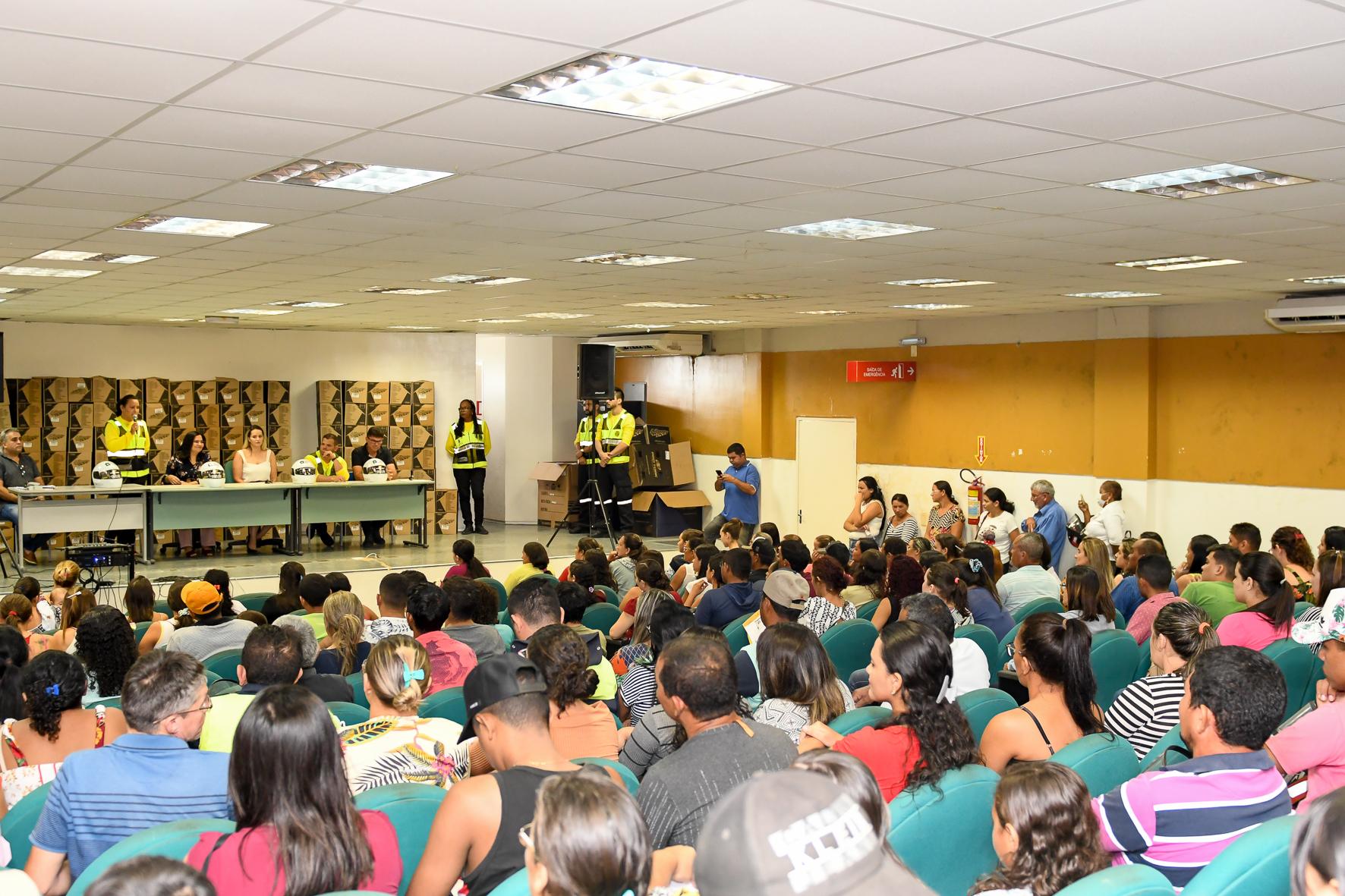 Moradores de Iracema, Jaguaribe e Morada Nova recebem capacetes do programa CNH Popular