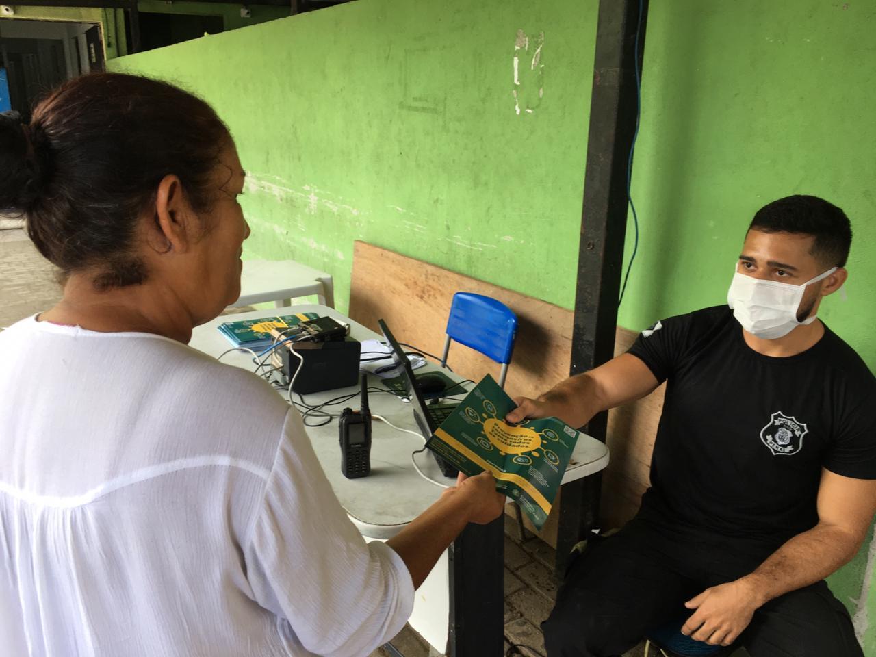 Distribuição de informativos sobre o coronavírus