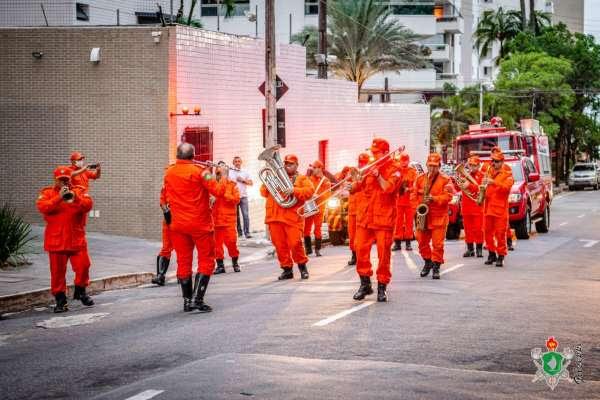 Corpo de Bombeiros percorre ruas de Fortaleza para agradecer população por permanecer em casa