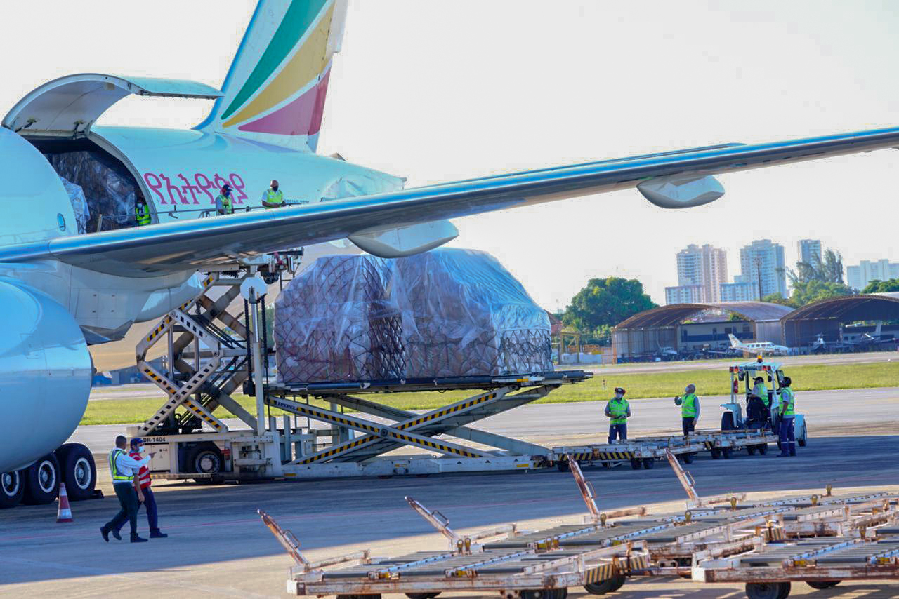 Chegada da carga de 200 respiradores e toneladas de insumos adquirida pelo Estado