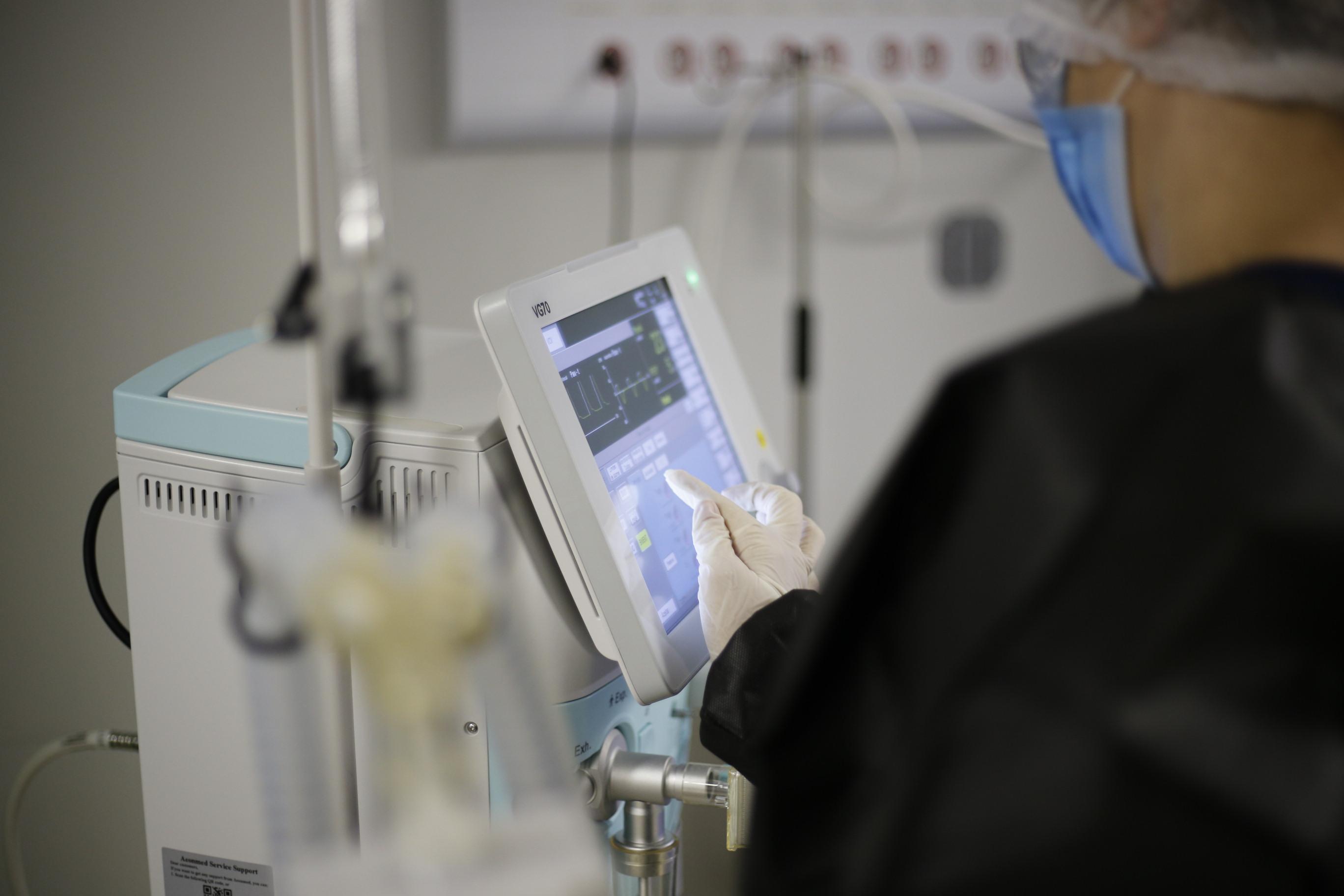 Novos respiradores salvam vidas no Sertão Central; Hospital de campanha na fase final