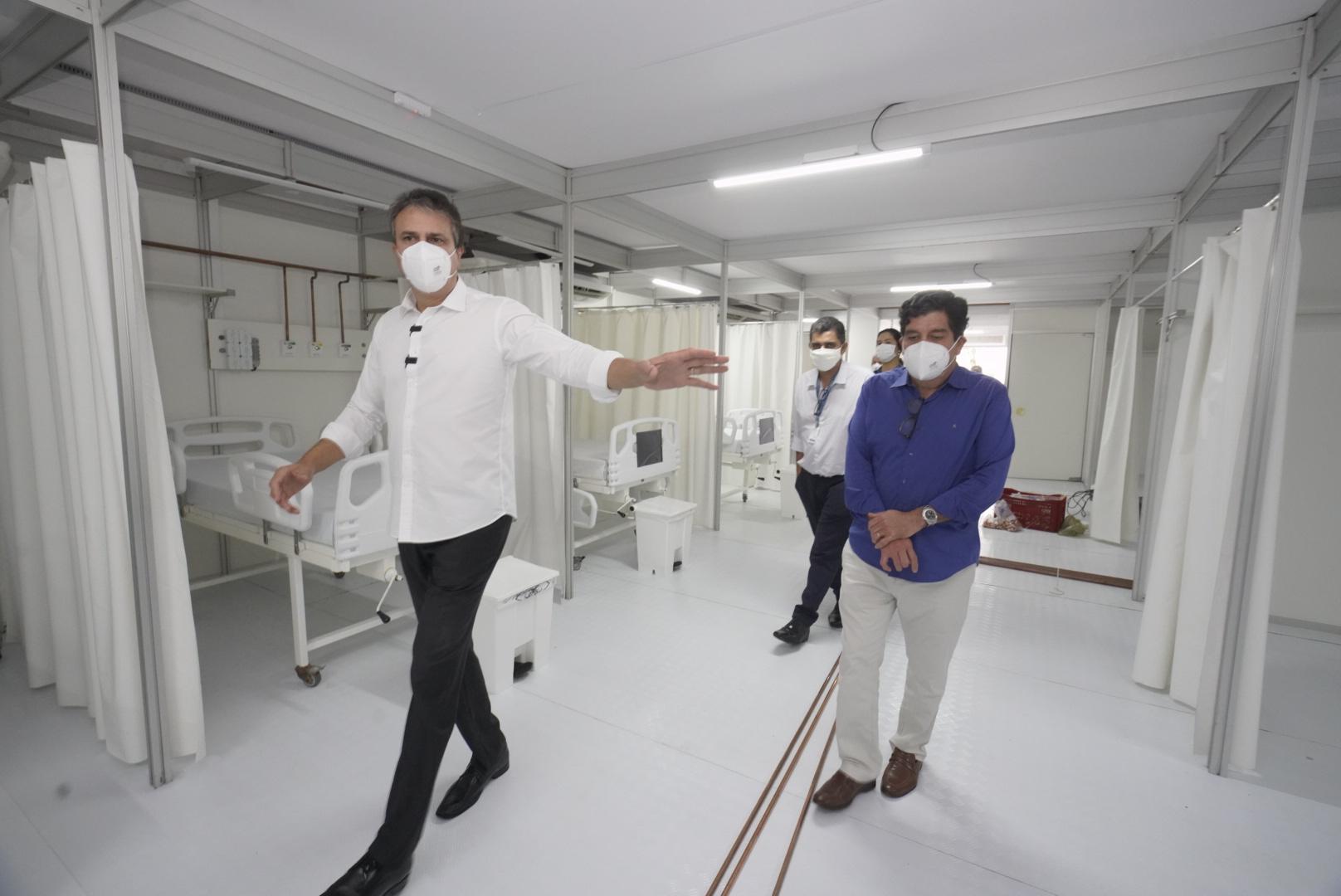 Governador inspeciona fase final da montagem de mais 30 leitos de UTI em unidade de campanha na UPA da Praia do Futuro