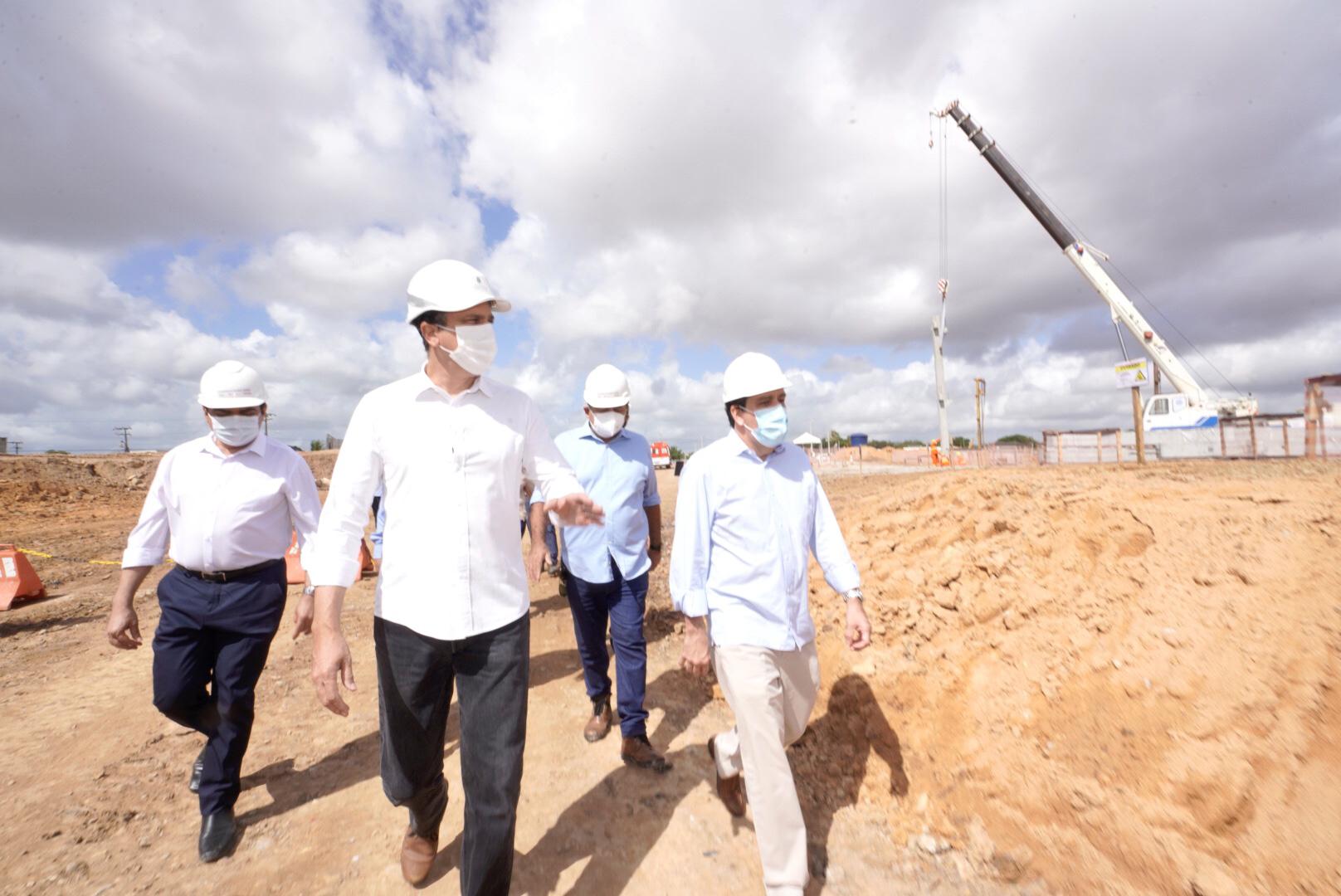 Governador acompanha a instalação do pilar fundamental do Hospital Universitário do Ceará